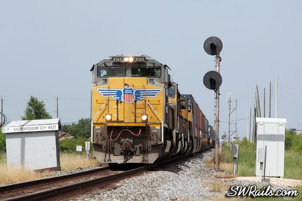 UP SD70ACe 8365 at Missouri City TX with an IHOSA intermodal train.