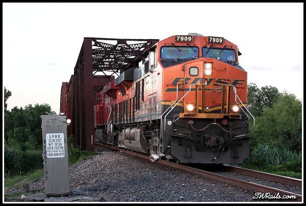BNSF ES44DC 7909 at Richmond TX Brazos River bridge